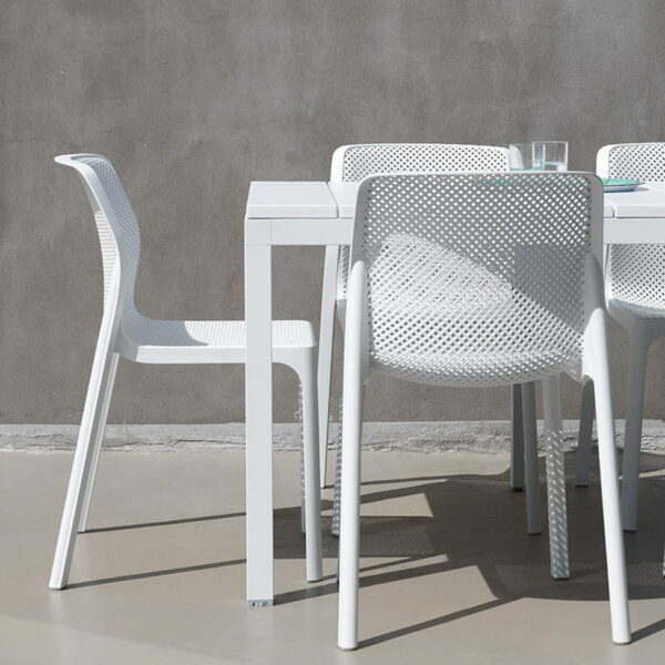 NARDI Bit Chairs in White with Rio 140-210 Extendable Outdoor Table