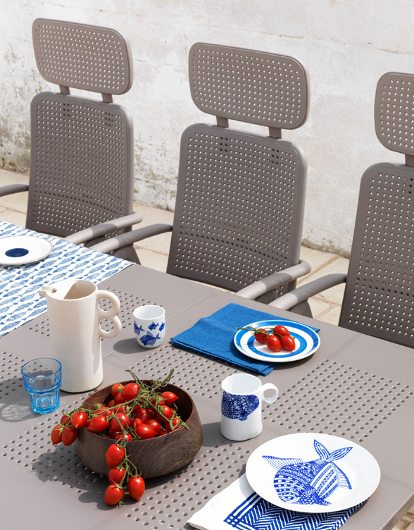 Aquamarina Outdoor Recliner with Levante Table in Dining Setting